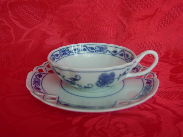 Zwiebelmuster Tasse+Untertasse durchbrochen 0,20L + 15,3cm Original Bohemia Porzellan aus Dubi